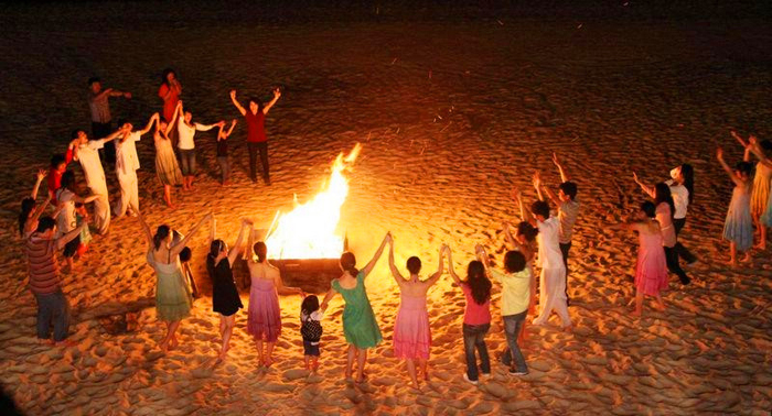 篝火晚会露营吃烧烤